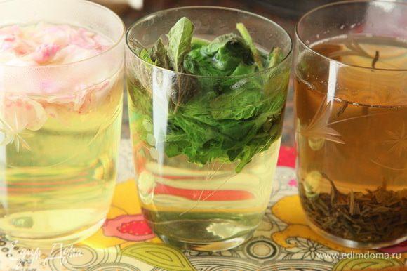 Заранее закипятила воду и охладила. Для заварки лепестков роз, чая и мяты кипятим воду отдельно и заливаем кипятком составляющие будущего лимонада.