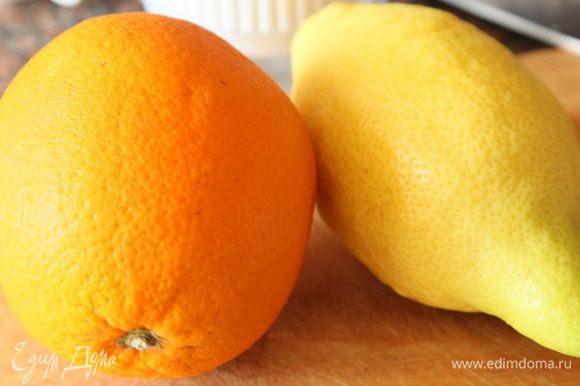 Берем апельсин и лимон, с лимона снимаем цедру.