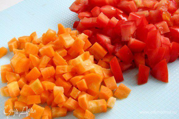 Морковь и помидоры нарезать кубиками. По рецепту предлагается взять крупные помидоры и морковь.