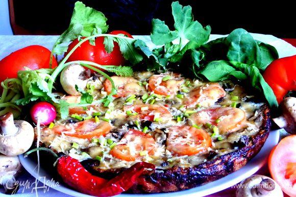 Переносим осторожно на большое плоское блюдо и украшаем зелёным лучком и др. овощами.