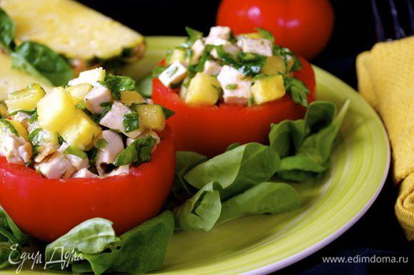 Используя большую ложку, заполните каждый томат салатом. (сколько войдет) Оставшийся шпинат распределить по тарелкам, сверху выложить фаршированный томат. Сбрызните блюдо остатками заправки.