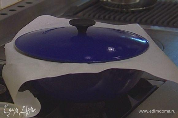 Накрыть кастрюлю бумагой для выпечки, а сверху — крышкой. Тушить на медленном огне 2–2,5 часа.