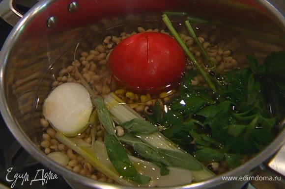 Фасоль, помидор, сельдерей, петрушку, пару листиков шалфея, почищенные лук и чеснок, поместить в кастрюлю, залить водой, влить оливковое масло и варить до готовности фасоли без добавления соли.