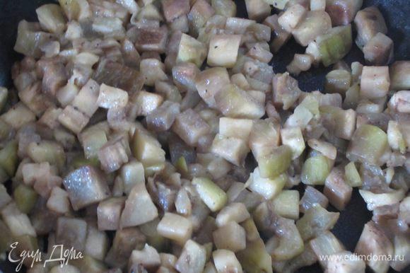 Разогреть в сковороде 4 ст.л. оливкового масла и обжарить зубчик чеснока.Чеснок удалить,добавить баклажаны и обжарить на сильном огне несколько минут. Посолить,поперчить,накрыть крышкой и готовить 15 минут на слабом огне до мягкости.Остудить.