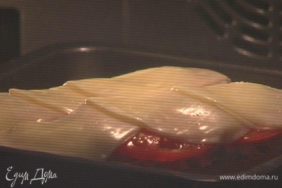 Отправить багет под гриль на 2–3 минуты.