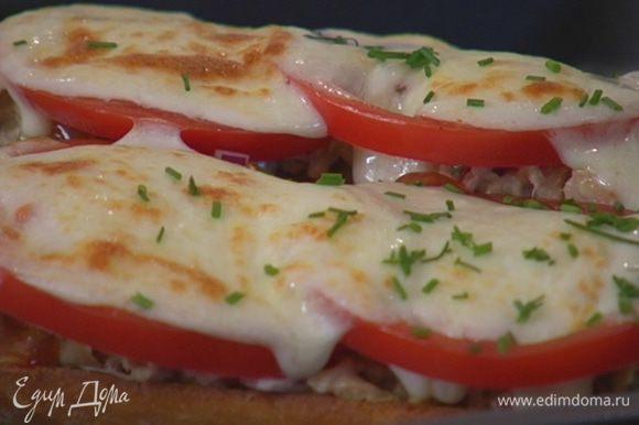 Шнитт-лук мелко порубить и посыпать горячие бутерброды.