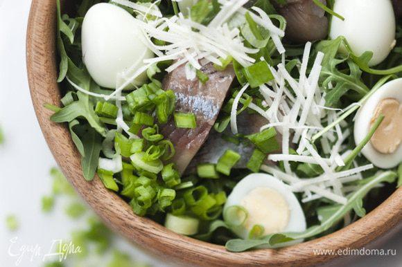 Полить салат заправкой, перемешивать не нужно!