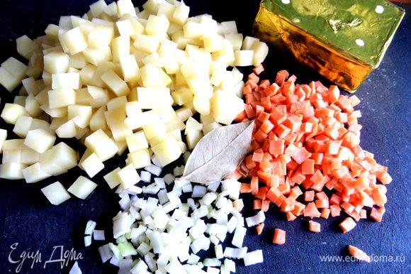 Овощи нарезать на кубики.