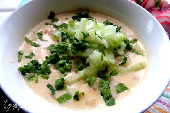 Суп охлаждаем, разливаем по пиалкам, посыпаем сверху огуречной стружкой и зеленью.