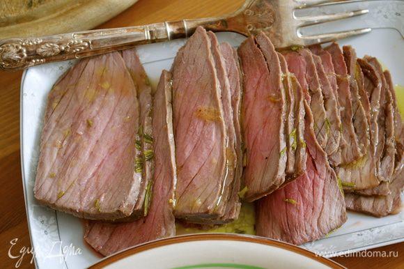 Запечь мясо в разогретой до 180 С духовке в течение 25 минут. (Время запекания учитывает умеренную степень прожарки мяса. Оно получается слегка розового цвета, БЕЗ крови.) Время запекания может меняться в зависимости от веса мяса... Однако не следует держать мясо намного дольше указанного времени, чтобы не пересушить его! Такая разновидность запекания делает мясо ОЧЕНЬ нежным и вкусным!