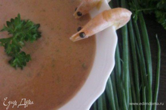 До подачи держать в холодильнике. При подаче украсить креветками и зеленью петрушки. Приятного аппетита:)