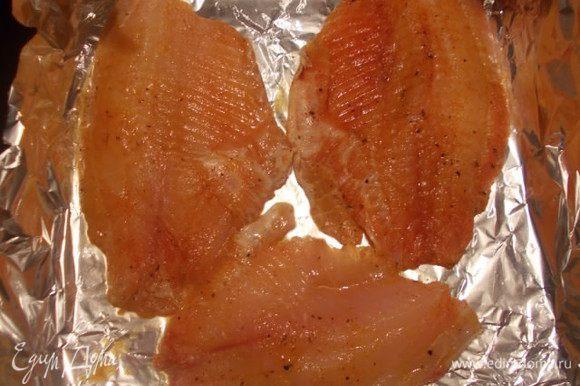 Рыбку выкладываем на противень с фольгой.
