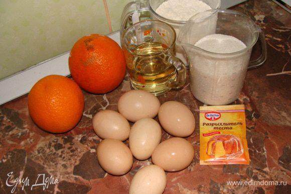 Готовим апельсиновый бисквит. Просеять муку с разрыхлителем в желтковую массу и хорошо перемешать, чтобы не осталось комочков.