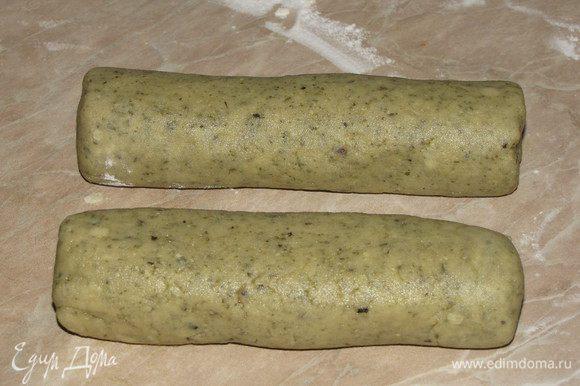 Получится однородное мягкое тесто из которого нужно сформировать две колбаски, завернуть в пищевую пленку и убрать в холодильник на 30 минут.