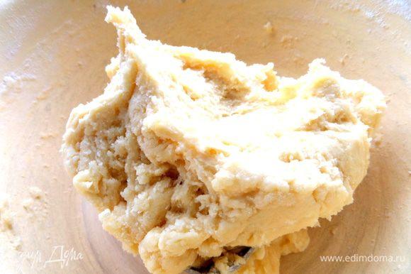 Затем потребовалось ещё полстакана муки, чтобы получить крутое тесто.