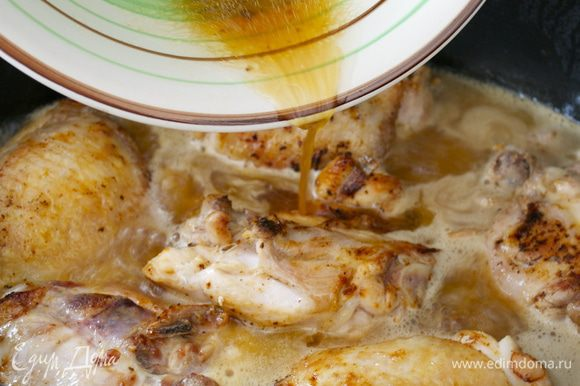 Вернуть куски курицы в сковороду со всей собравшейся жидкостью.
