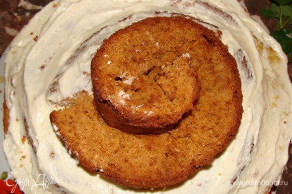 Продолжаем формировать спираль из медового бисквита.