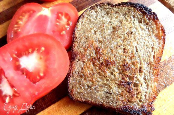 2 ломтика ржаного хлеба подсушить в тостере или тоже обжарить слегка.