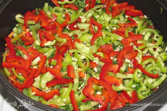 Сверху уложить и разровнять слой сладкого перца. Зелень и перцы должны послужить разделителем для картошки и помидоров, поскольку картошка в кислой среде делается невкусной.