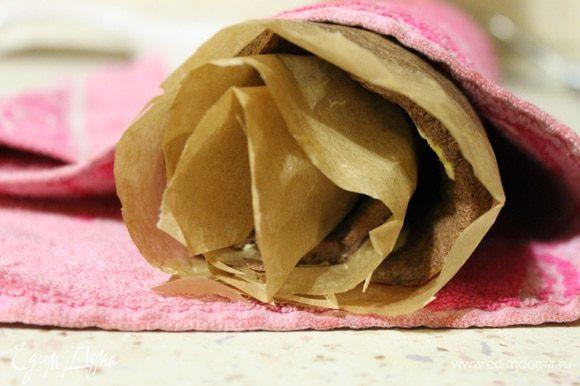 Бисквит у меня был готов через 13 минут, достаем из духовки, вместе с пергаментом перетаскиваем на стол и сворачиваем рулетом так, чтобы пергамент был сверху. Накрываем полотенцем и даем остыть.