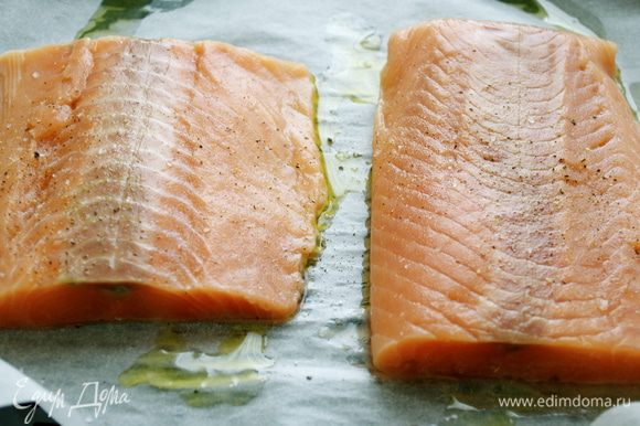 Куски рыбного филе семги слегка посолить и поперчить, сбрызнуть оливковым маслом и приготовить на пару... Остудить.