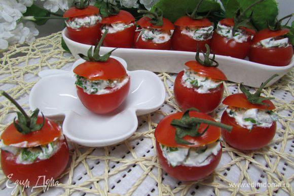 Затем наполнить сырной смесью помидорки. Можно выложить черри на листья салата. Приятного аппетита!