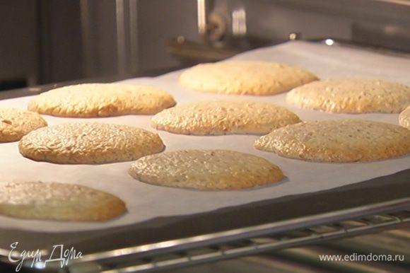 Выпекать печенье в разогретой духовке 8–10 минут. Готовое печенье посыпать оставшейся сахарной пудрой.