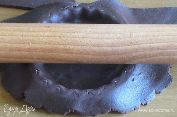 Тесто раскатать толщиной в 3 мм и выложить в формочки.