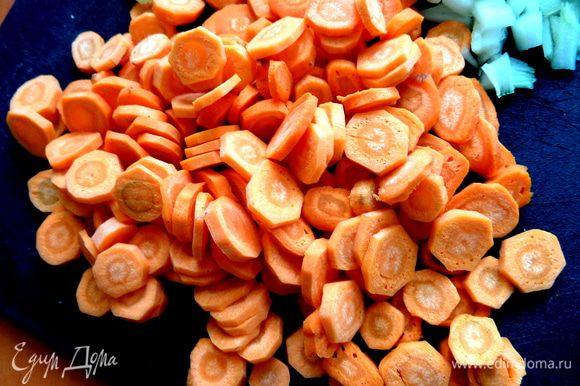 Морковку,если мелкая,просто нарежем на кружочки.