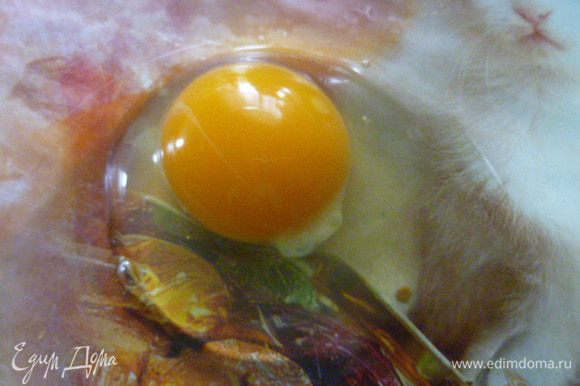 Теперь делаем тесто. Берем сырое яйцо.