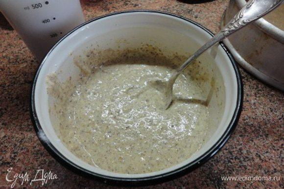 Включить духовку для нагрева до 175 градусов. Желтки взбить с сахаром и смешать с орехами и разрыхлителем.