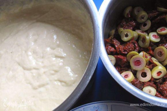 Смешать в отдельной миске яйца, масло и молоко. Взбить венчиком до объединения. Соединить жидкую часть (яйца, молоко, масло) и сухую (муку с разрыхлителем). Перемешать венчиком.