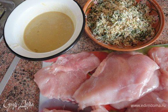 Разогреть духовку до 200 градусов. Приготовить смесь для панировки: в плоской тарелке смешать сухари, перец черный и красный и соль. В блендере измельчить грецкие орехи и петрушку и добавить в смесь для панировки. В отдельной тарелке взбейте яйцо с горчицей.
