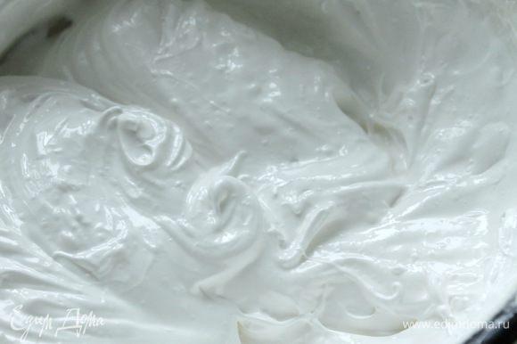 Белки взбиваем в течение 10 минут, постепенно добавляя к ним сахарную пудру.