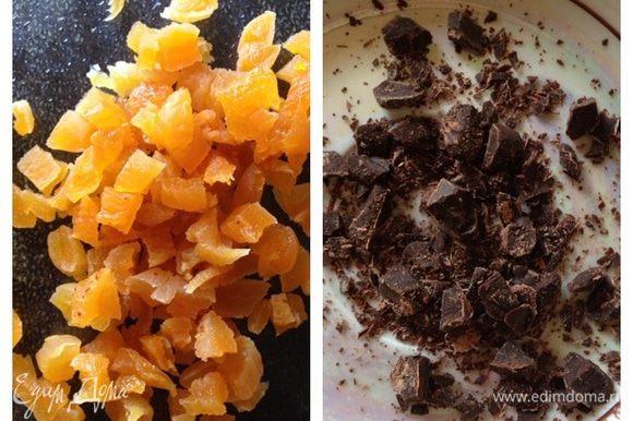 Порежем горсть кураги (я брала 5 штучек) и порубим шоколад (можно добавить больше).