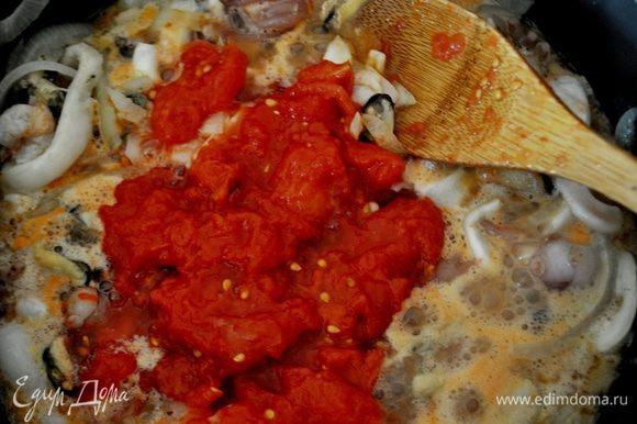 Тем временем консервированные помидоры очистить от кожицы и мелко нарезать, добавить в сотейник с морепродуктами, и добавить примерно 3-4 ст. л. томатного сока, тушить помешивая 5-6 минут, добавить соевый соус по вкусу и лимонный сок (я добавляю ещё острую тайскую приправу для морепродуктов, но это по желанию).