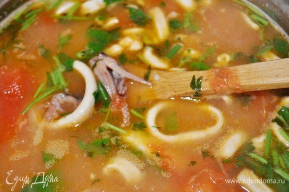 В кастрюльку с рисом и картофелем положить готовые морепродукты с овощами, довести до кипения, по необходимости приправить солью и специями, перед тем как убрать суп с огня добавить мелко нарезанную зелень. Попробовать готов ли рис,если готов,то суп накрыть крышкой и дать постоять 10-15 минут.