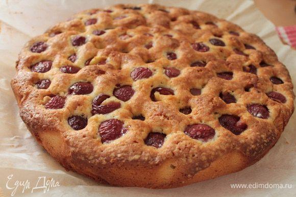А это Мариночкин бисквитный пирог с черешней.http://www.edimdoma.ru/retsepty/67103-biskvitnye-kvadratiki-s-chereshney.Он очень нежный и вкусный,рекомендую!
