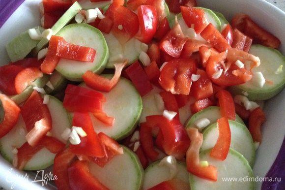 Нарезать кружочками картофель и кабачок. Уложить на дно формы. Добавить перец.