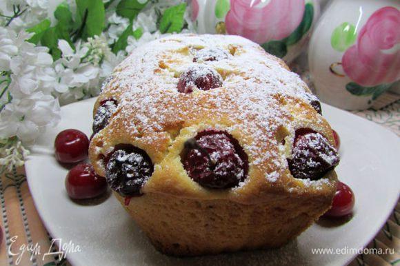 Достать форму с кексом из духовки. Дать кексу полностью остыть и только после этого извлечь из формы. Приятного аппетита!