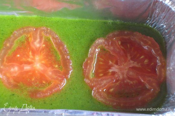 Форму смазать оливковым маслом,на дно налить немного желатина.