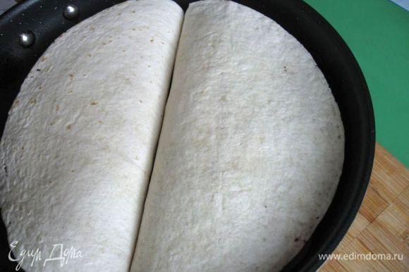 Разогреть сковороду с маслом, свернуть тортильи пополам и аккуратно положить на сковороду. Обжарить с двух сторон до румяной корочки.