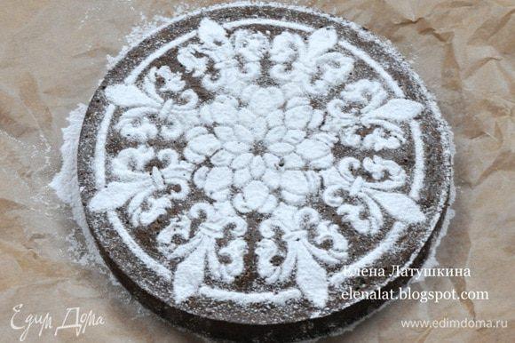 Готовый пирог остудить в форме, затем вынуть и посыпать сахарной пудрой.