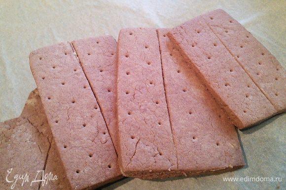 """Вместо шоколадного печенья из магазина я спекла печенье """" Крекер Грехема шоколадный"""" от Настасьи.http://www.edimdoma.ru/retsepty/67142-pechenie-kreker-grehema-shokoladnyy-graham-crackers мне понравилась задумка Насти, состав печенья и я не ошиблась! Настя, спасибо за рецепт!!! Если вы хотите сэкономить время, то обычные шоколадные кукис подойдут тоже, можно взять с ореховой добавкой."""