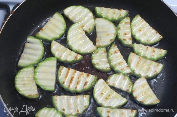 Кабачок вымыть, обсушить, нарезать полукруглыми ломтиками фигурным ножом. Обжарить на растительном масле в течение 5 минут.