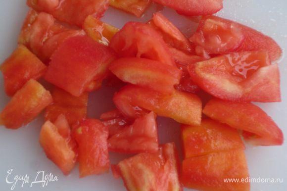Лук мелко порубить.На помидорах сделать крестообразные надрезы ,погрузить в кипящую воду на 30 секунд и очистить от кожицы.Удалить семена,крупно нарезать и положить в кастрюлю с толстым дном.