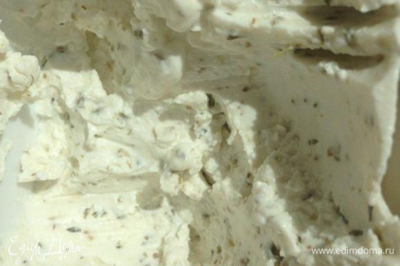 Тем временем козий сыр разминаем с сушеным тимьяном по вкусу. В принципе, вы можете взять травки, которые вам больше нравятся. Помидорки моем и разрезаем пополам.