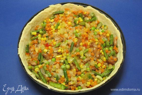 Выложить овощную начинку.
