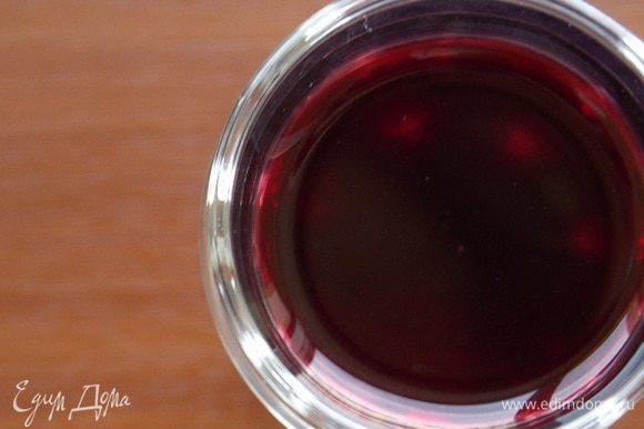 Опять забыть на три недели (если получится :) ). Вот теперь ароматнейшая вишневая наливка готова! Чем дольше она стоит в прохладном месте, тем больше она набирается своего аромата и крепости. Цвет наливки потемнеет, так должно быть, а это значит напиток прошел правильный и точный процесс .