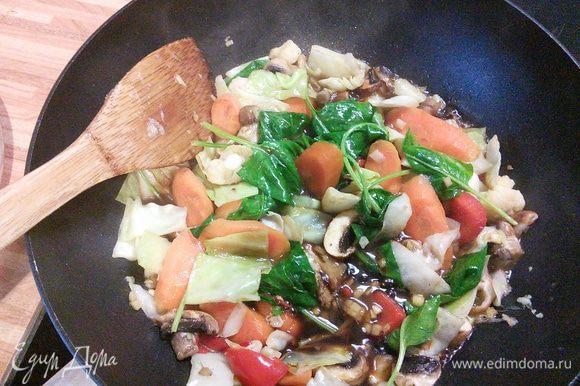 Влейте сок лайма, кунжутное масло и соевый соус. Тем временем отварите лапшу, слейте воду, переложите в овощной соус.